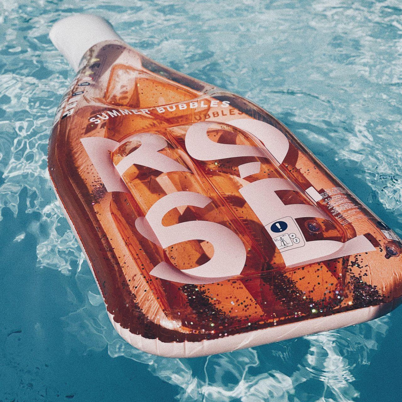 flotteur bouteille de rosé sunnylife